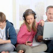 چگونه فضای مجازی بر خانواده تاثیر می گذارد؟
