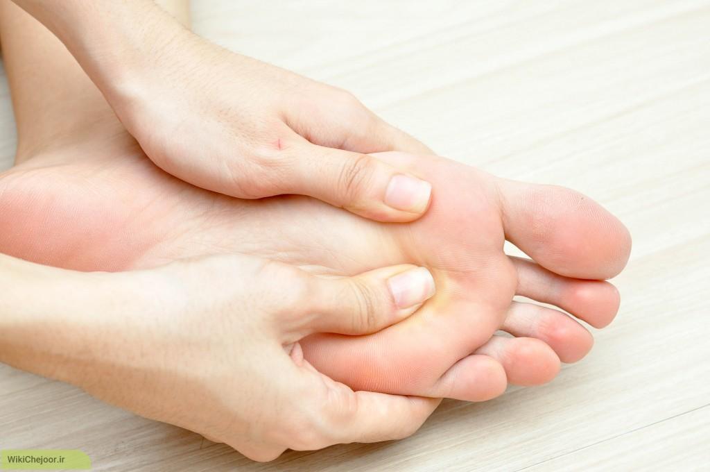 ماساژ دادن پاها: