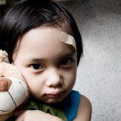 چگونه می توانیم کودکی را که مورد کودک آزاری قرار گرفته ، بشناسیم؟