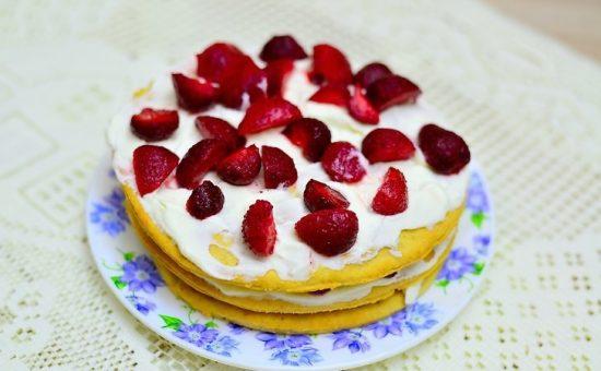 چگونه کیک توت فرنگی سه لایه درست کنیم؟