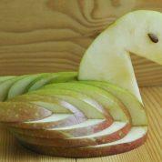 چگونه با سیب یک قو درست کنیم؟