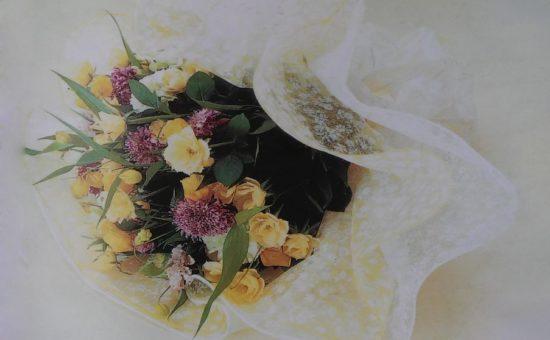چگونه گلها را به شکل گرد با کاغذ کادو بپیچیم؟