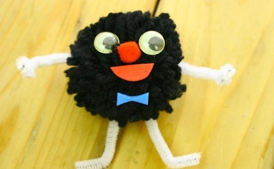 چگونه یک عروسک عجیب و غریب پوم پوم درست کنیم؟