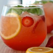 چگونه لیموناد توت فرنگی درست کنیم؟