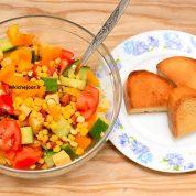 چگونه سالاد ذرت با سبزیجات درست کنیم؟